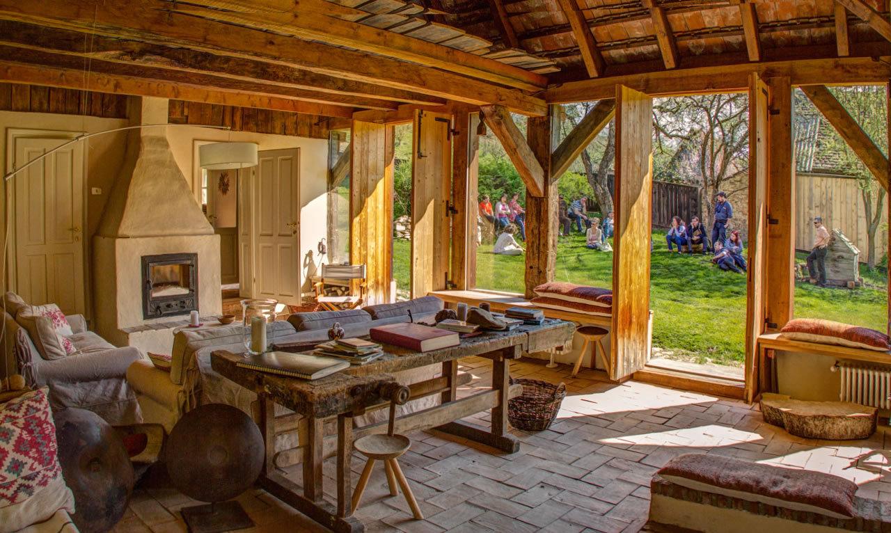 casa_verde_fantastica_casa_renovata_camera_zi_semineu