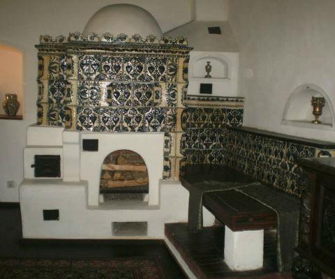 Cuptor traditional cu lavita are utilizari multiple decorat cu cahle modele florale