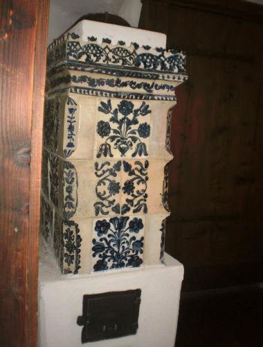 detaliu soba de teracota decorata cu elemente florale de la Castelul Bran