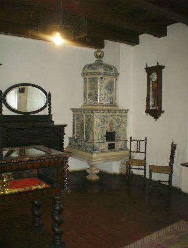 soba de teracota alba-cu baza mare ridicata pe picioare de marmura cu modele statui- castelul bran