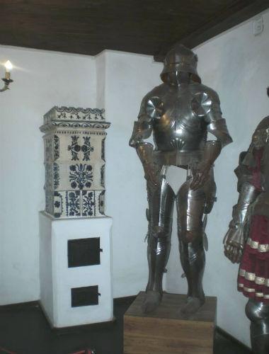 soba de teracota mica cu modele florale in partea superioara model traditional la castelul bran
